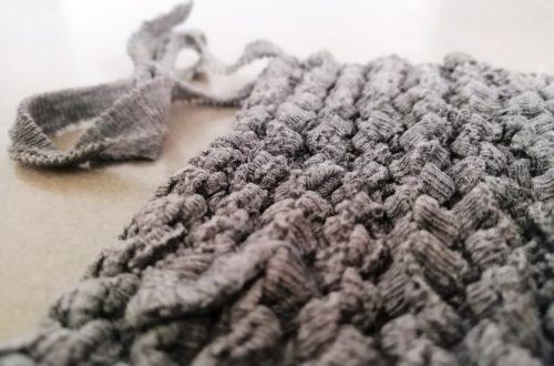 Gros plan sur une éponge Tawashi réalisé au tricot