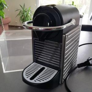 Cafetière Nespresso et boîte pour les capsules dosettes