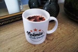 Tasse Noémie vous invite avec un cappuccino