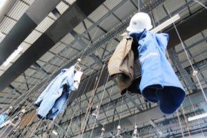 Oignies 9-9bis salle des pendus avec habits suspendus des mineurs.