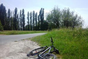 Vélo au bord d'un chemin de randonnée.