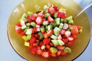 Fraises et rhubarbe coupés dans un saladier