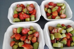 Morceaux de fraises et rhubarbe dans les ramequins