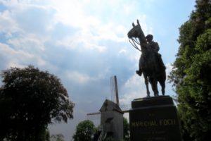 Statue équestre du maréchal Foch et moulin de Cassel.