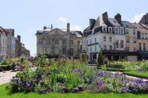 Place Godefroy de Bouillon à Boulogne-sur-Mer et palais impérial