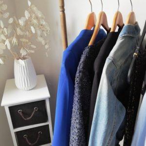 Cintres avec vêtements