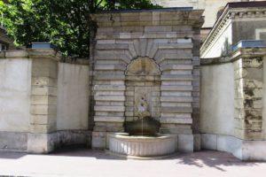 Fontaine au pied de la basilique Notre-Dame à Boulogne-sur-Mer