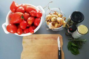 Matériel et ingrédients pour la sauce tomate