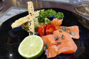 Saumon gravlax servi avec un guacamole à la coriandre et au citron vert au domaine des cigognes