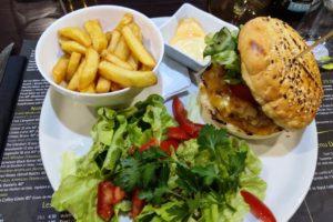 """""""LC burger"""", composé d'un steak boucher, des oignons, de la tomate, de la salade, du cheddar dans un pain buns brioché au domaine des cigognes"""