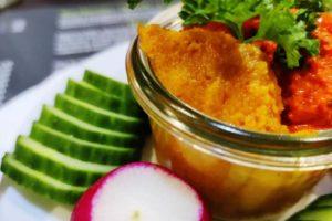 Tapenade aux légumes, servie avec des croutons et des légumes croquants au domaine des cigognes