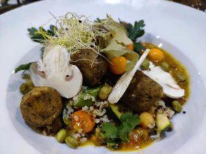 Couscous aux légumes à base de quinoa et boulgour, accompagné de falafels au domaine des cigognes