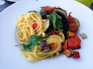 Tagliatelles aux légumes grillés à l'huile d'olive bio et aux olives noires au domaine des cigognes