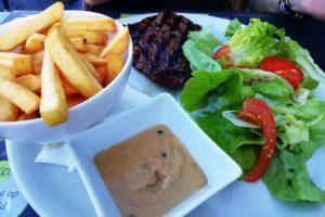 Bavette de bœuf Angus grillée servie avec des frites et de la salade au domaine des cigognes