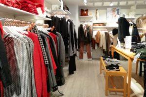 Vêtements dans un magasin