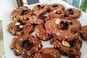 Assiette de cookies sortis du four