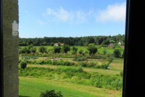 Vue sur les jardins depuis la salle à manger du château d'Hardelot