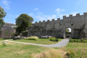 Vue sur le côté du château d'Hardelot et le théâtre élisabéthain
