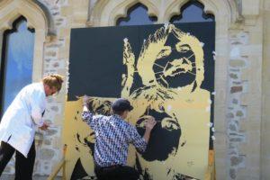 Artiste pochoiriste Jef Aérosol installant ses pochoir sur une toile noire au château d'Hardelot