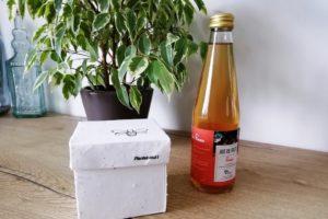 Boîte ensemencée à planter et bouteille de jus de pomme